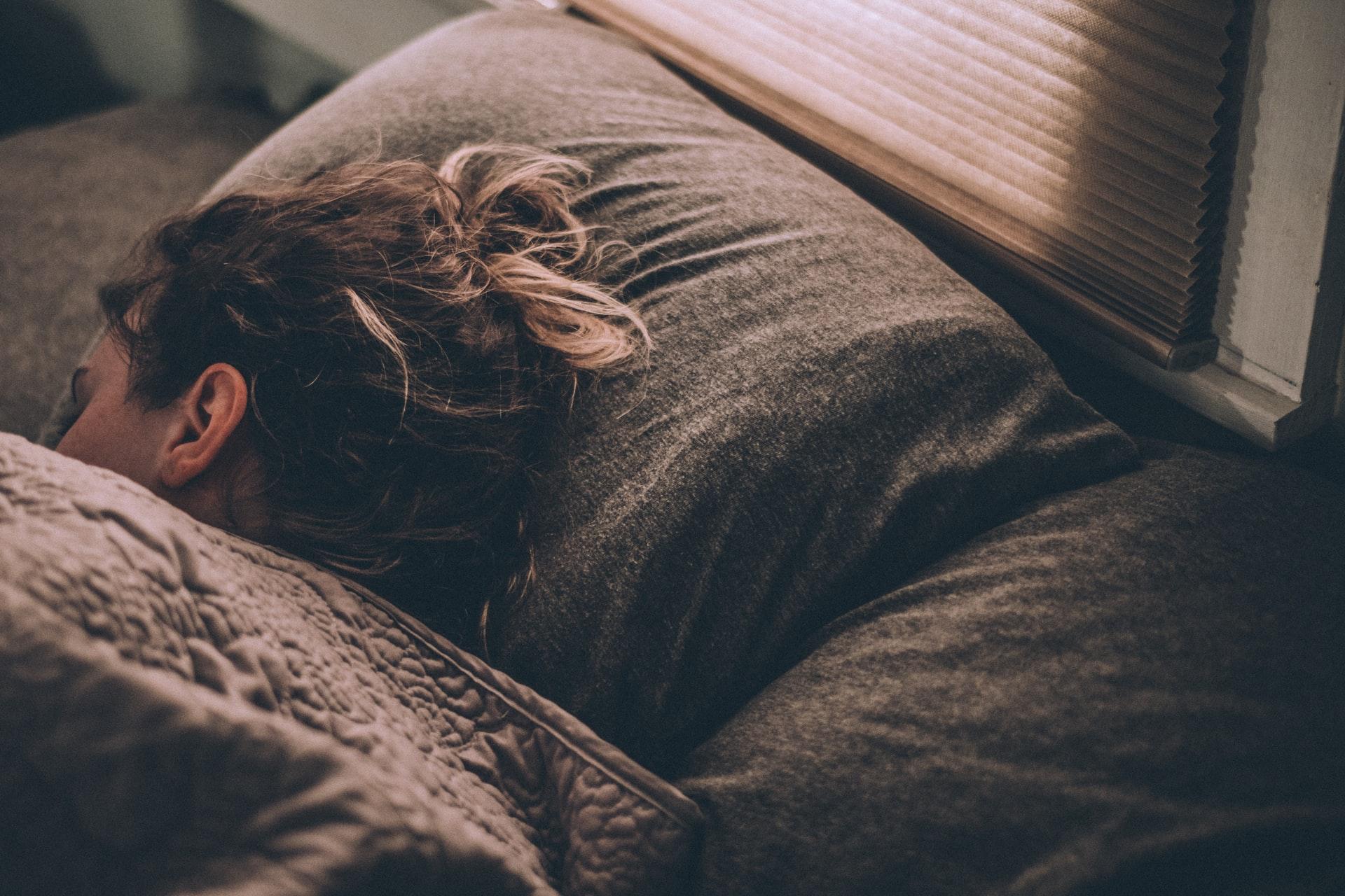 Hast du dich jemals erwischt, wie du jeden Tag später und später ins Bett gehst …?
